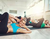做瑜伽锻炼的运动人物高清图片