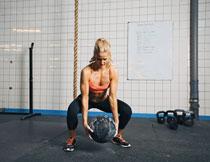 健身房锻炼的美女摄影高清图片
