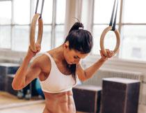 拉着吊环的肌肉女高清摄影图片