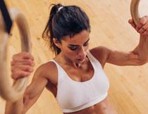 拉吊环的健身运动美女高清图片