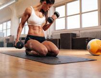 在健身垫上的运动人物高清图片