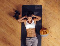 躺在垫子上的健身美女高清图片