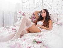 在铁艺床上的内衣美女高清图片