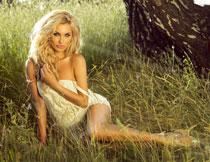 坐在草丛中的内衣美女高清图片