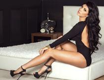 露背装扮长腿美女摄影高清图片