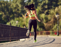 在公园跑步的美女摄影高清图片