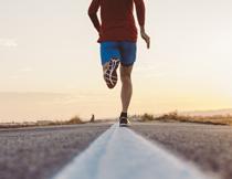 户外公路跑的男子摄影高清图片