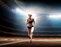 在助跑的跳远美女人物高清图片