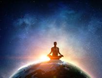 在盘膝打坐的瑜伽美女高清图片