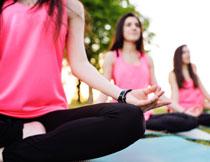 在室外的瑜伽运动人物高清图片