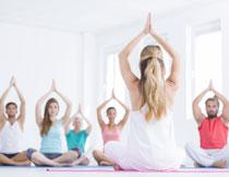 跟着老师做瑜伽的男女高清图片