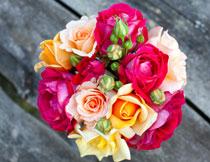 木板上的玫瑰花束特写高清图片
