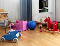 放了很多玩具的儿童房高清图片