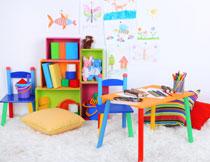 摆放了玩具的房间一角高清图片