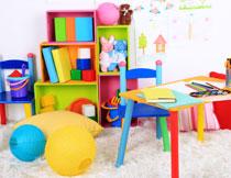 在房间一角的玩具特写高清图片