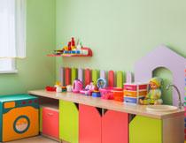 儿童房墙角的家具摆放高清图片