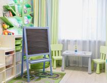 房间里的画板与桌椅等高清图片