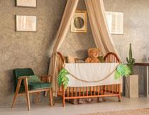 儿童房间小床上的小熊高清图片