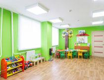幼儿园房间里的桌椅与玩具图片