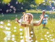 在玩梦幻泡泡的小女孩高清图片