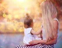 梦幻光斑下的母女人物高清图片