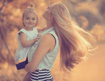 抱在妈妈怀里的小女孩高清图片