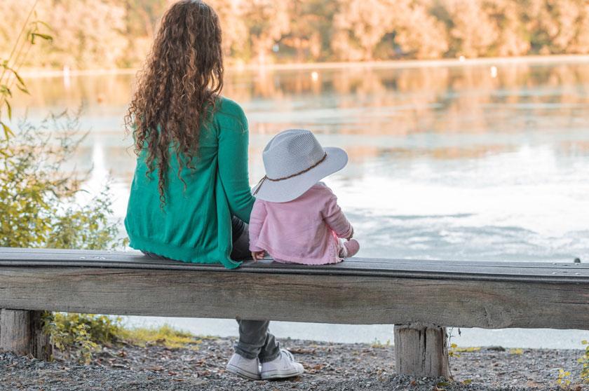 在河边看风景的母女俩高清图片