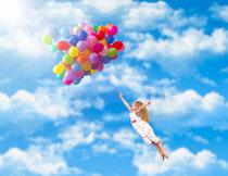 跟气球飞到空中的女孩高清图片