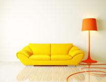 黄色沙发与点亮的灯具高清图片