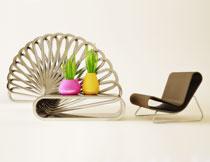 躺椅与在茶几上的植物高清图片
