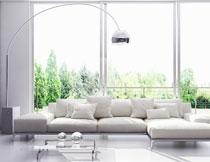 茶几与落地灯下的沙发高清图片
