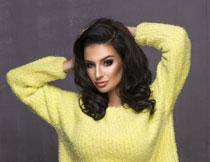 面带微笑的黄毛衣美女高清图片