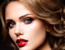 涂口红的卷发美女摄影高清图片