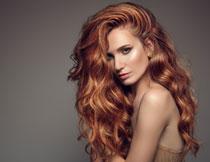 卷发造型露肩美女摄影高清图片