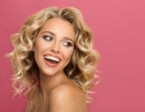 开心笑容金发美女摄影高清图片