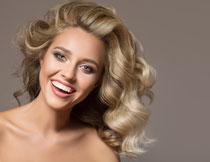 卷发造型开心美女摄影高清图片