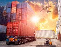 在阳光下的港口集装箱高清图片