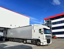 物流仓库前的货车摄影高清图片