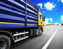 蓝天白云货物运输车辆高清图片