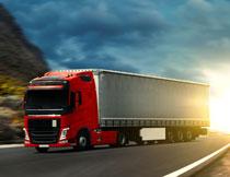 公路上的货运卡车摄影高清图片
