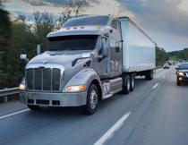 公路上的货运汽车摄影高清图片