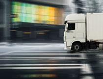 疾驰在路上的货车摄影高清图片