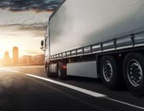 路上疾驶的大货车摄影高清图片