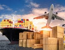 天空下的卡车与货运船高清图片
