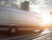 耀眼阳光照射下的货车高清图片