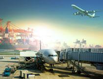 货物港口与飞机维护区高清图片