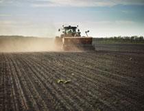 在农田播种作业的机械高清图片