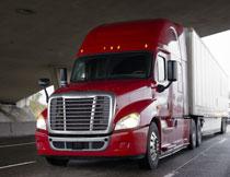 公路上红色车头的卡车高清图片