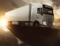 黄昏道路上的货车摄影高清图片