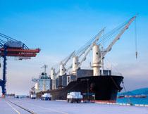 停靠在港口的货轮摄影高清图片